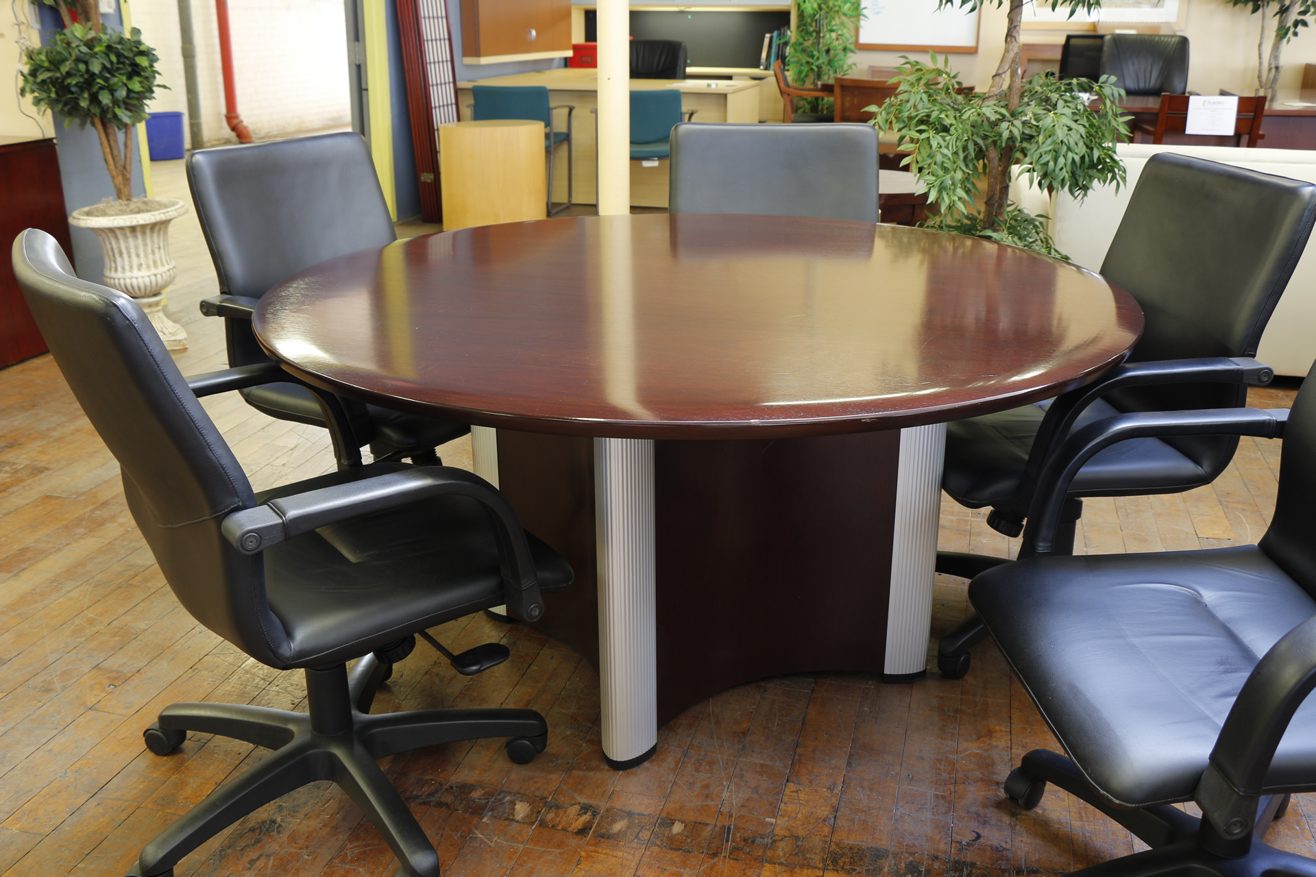 Nienkamper Vox 60″ Round Mahogany Meeting Table