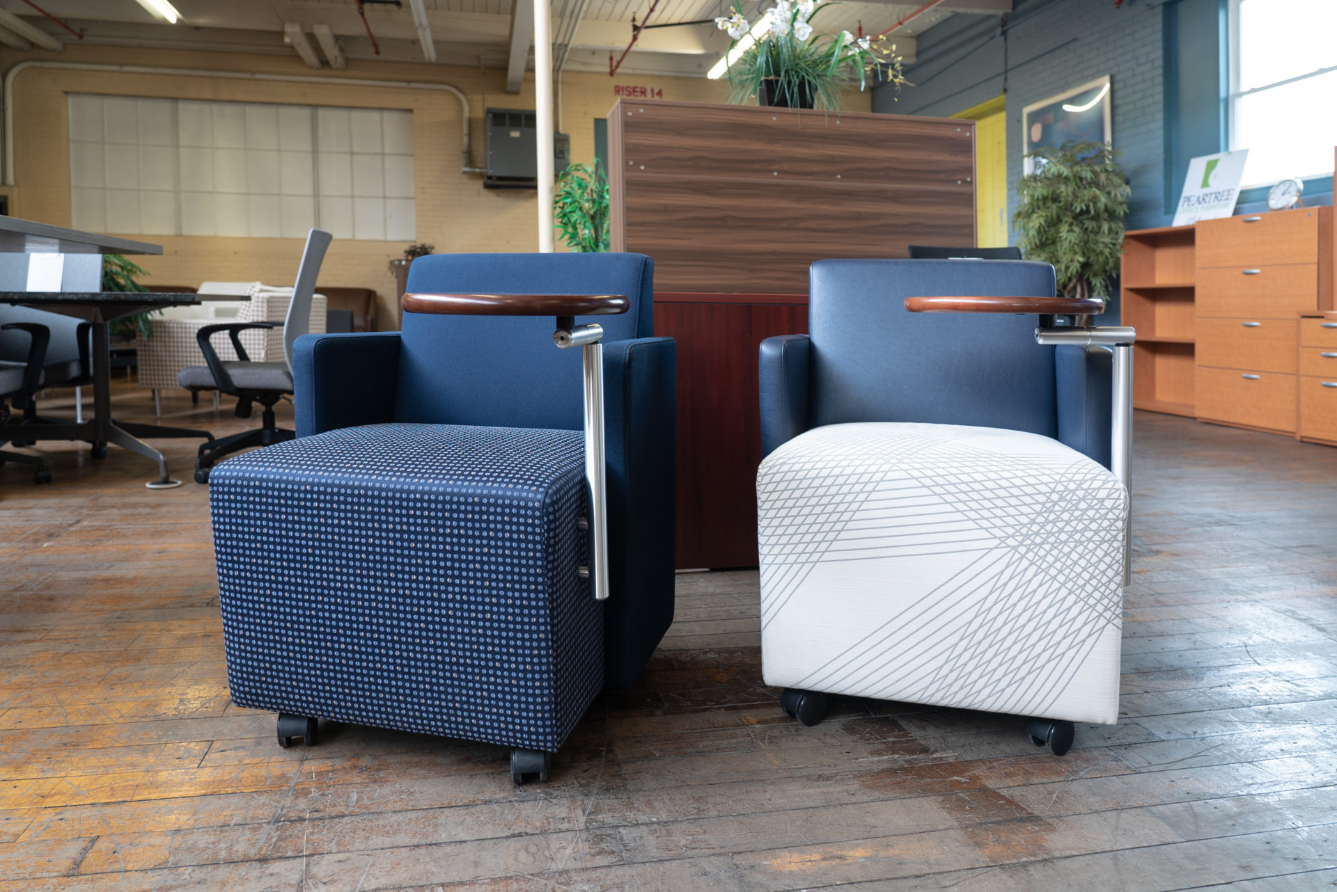 gunlocke-roundabout-lounge-chair-with-tablet-casters