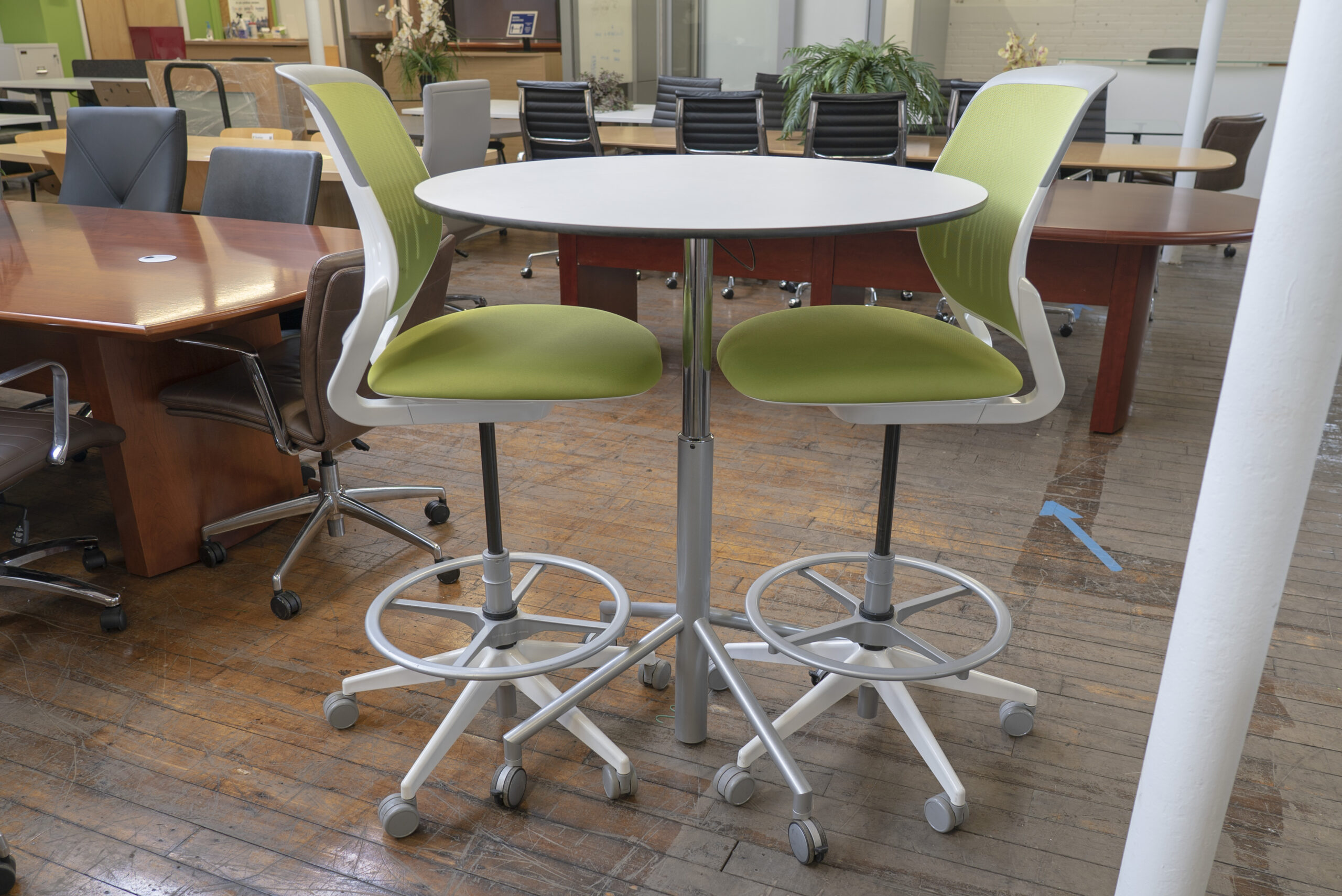 "36"" Pneumatic Height Adjustable Mobile Round Table"