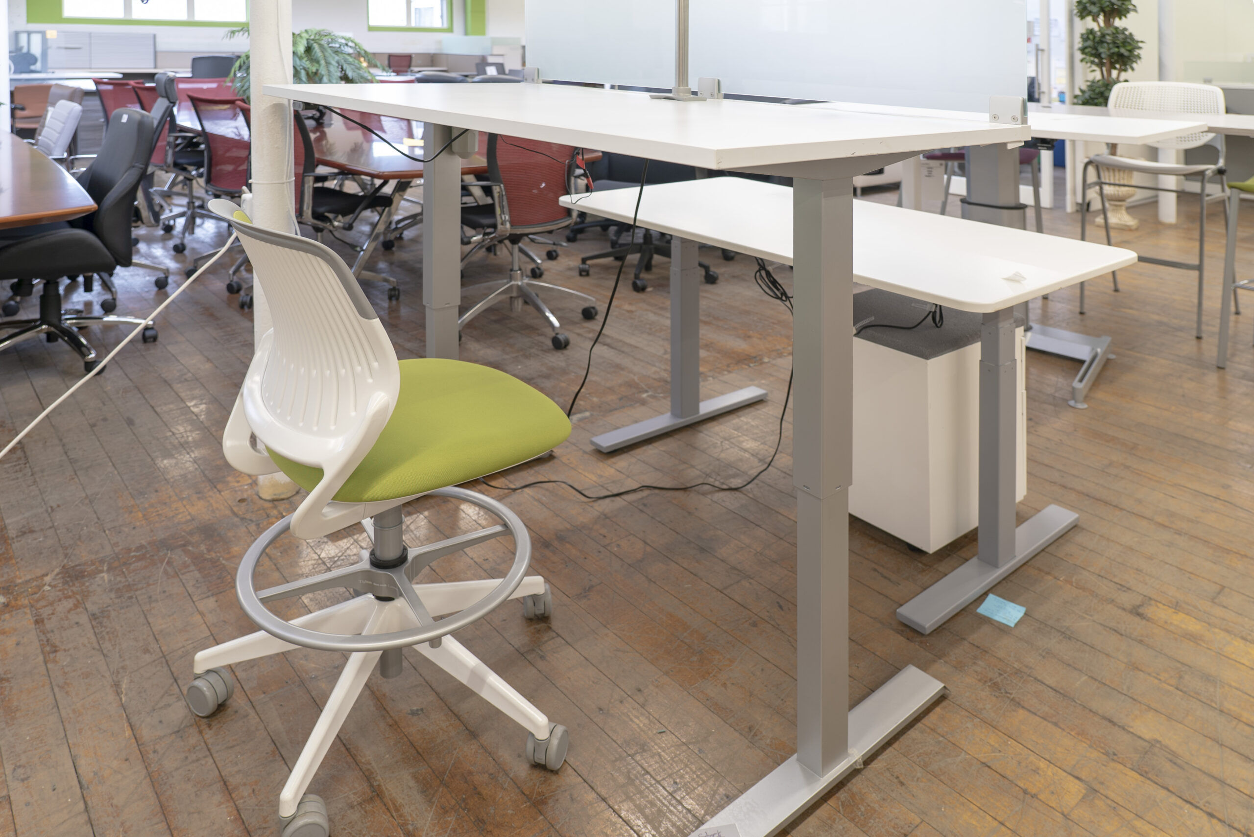 peartree-height-adjustable-sit-to-stand-desks-with-frosted-glass-screen